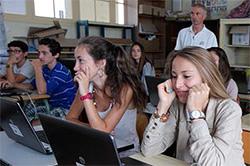 Un collégien, un ordinateur portable
